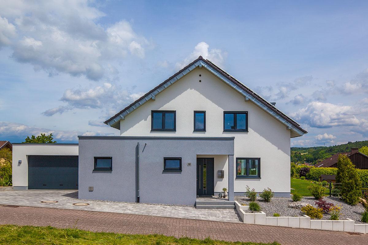Haus Daume Massivhaus Außenansicht Mit Garage. Haus Daume Massivhaus  Außenansicht Mit Garage